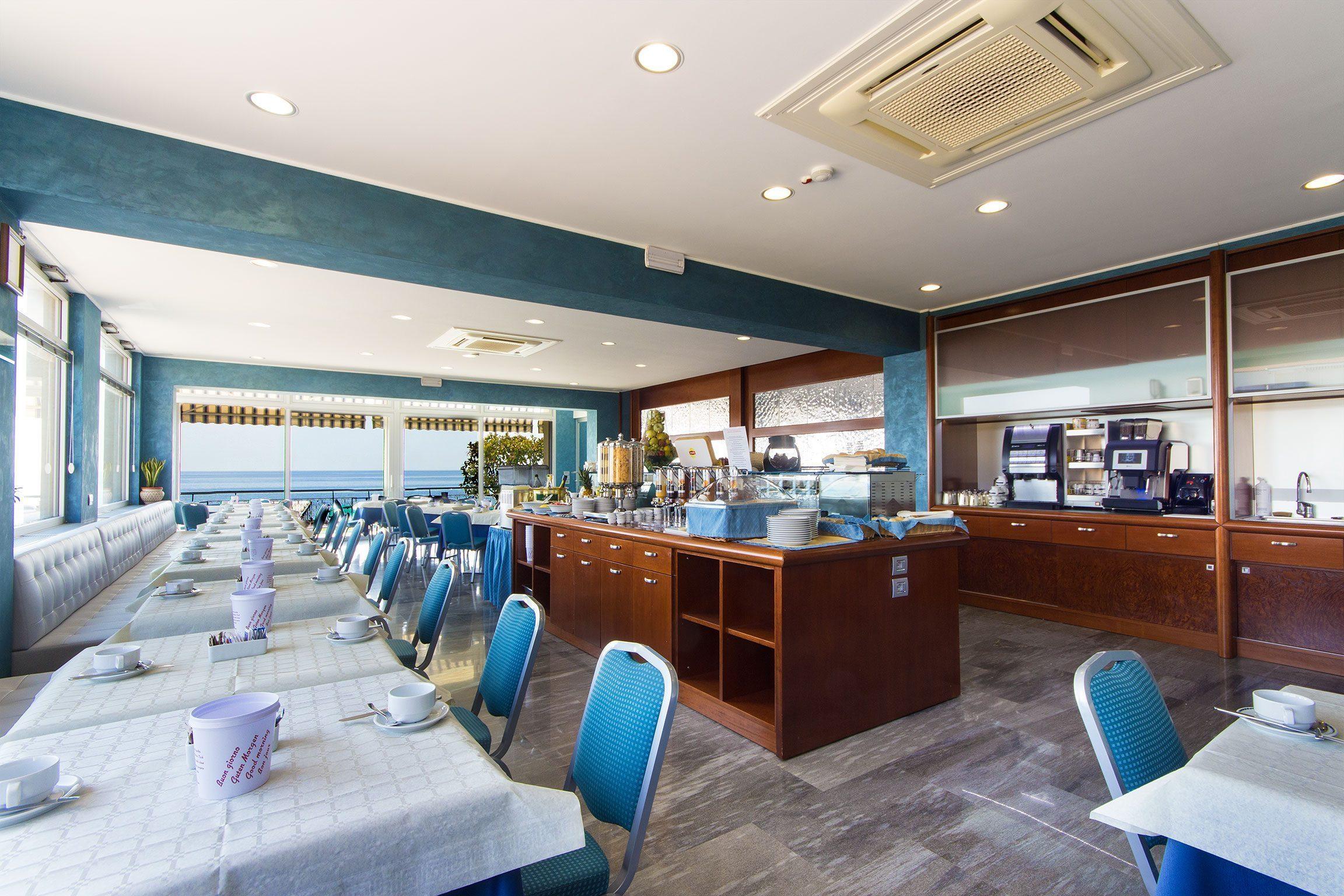 Sala colazioni con buffet