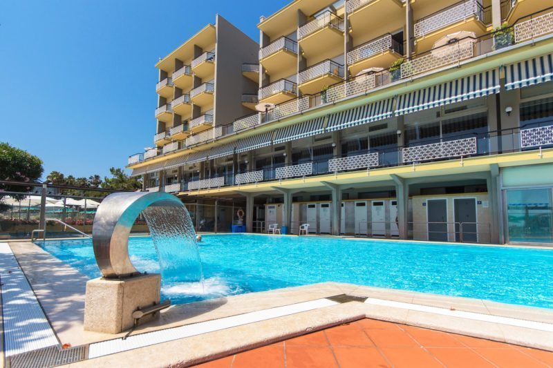 Hotel con piscina a diano marina hotel bellevue et for Piscina esterna coperta
